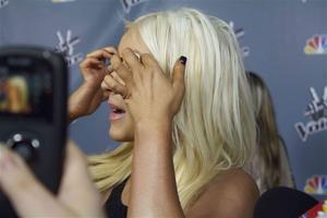 [Fotos+Videos] Christina Aguilera en la Premier de la 4ta Temporada de The Voice 2013 - Página 4 Th_985615732_001_Christina_Aguilera_05_122_109lo
