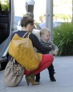 http://img154.imagevenue.com/loc448/th_875693184_Hilary_Duff_out_in_BeverlyHills9_122_448lo.jpg