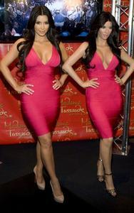[IMG]http://img154.imagevenue.com/loc586/th_27806_kim_kardashian_wax_figure_madame_tussauds_070110_3_492x787_122_586lo.jpg[/IMG]